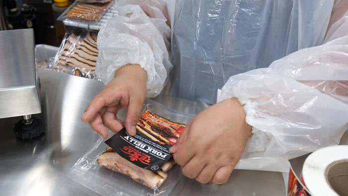 Labelling the packaged smoked meats at Texas BBQ Foods